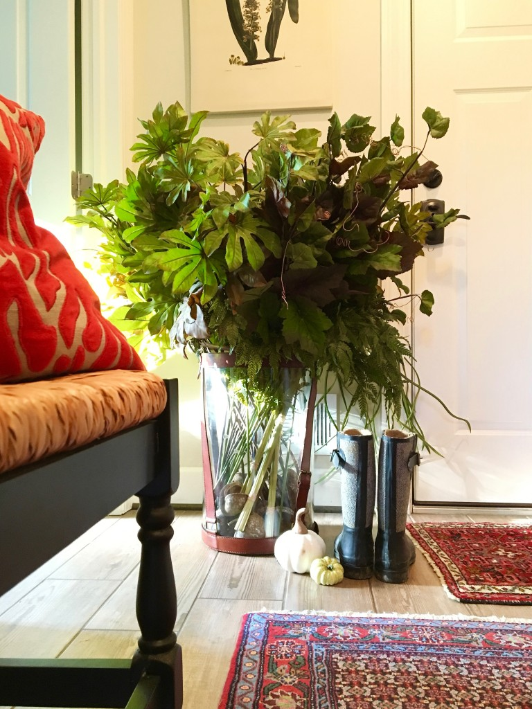 fall_home_tour_traditonal_decor-_mudroom_ideas_mirror_bench_plants_rugs