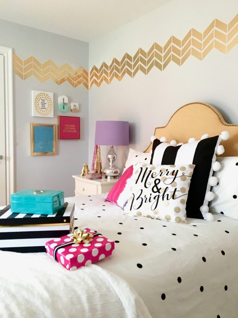 meme-hill-black-white-christmas-tree-teen-room-pink-ornaments-raymour-flanigan-gold-desk-polka-dots-bedding