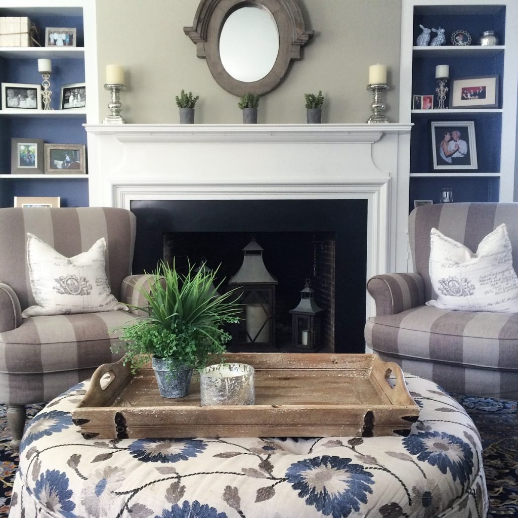 painted-bookcases-navy-blue-home-decor-tradtioonal-home-trends-neutral-painting-ideas