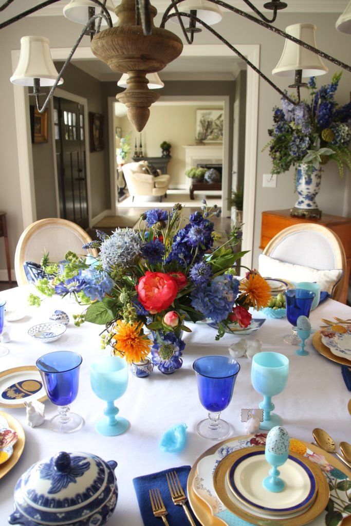 Tradtional_home_Easter_tablescape_setting_table_round_color_modern_mix_floral_arrangement_cobalt_delft_blue_dinnerware_dining_room_flowers_tulips_amara_pip_studio_dinner_brunch