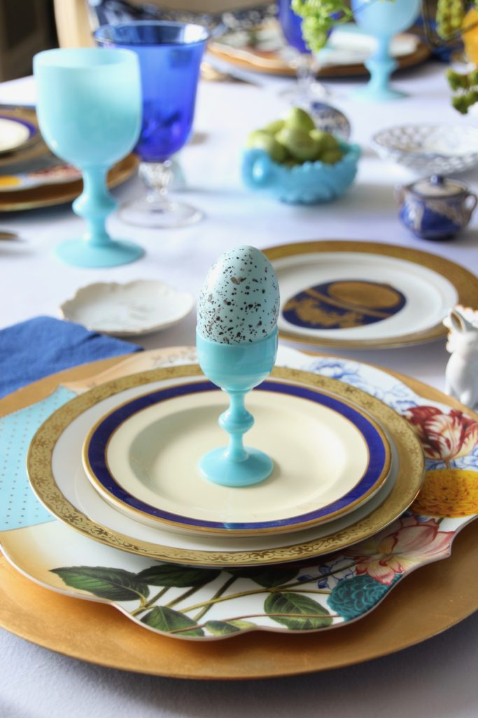 Tradtional_home_Easter_tablescape_setting_table_round_color_modern_mix_floral_arrangement_cobalt_delft_blue_dinnerware_dining_room_flowers_tulips_amara_pip_studio_gold_plates