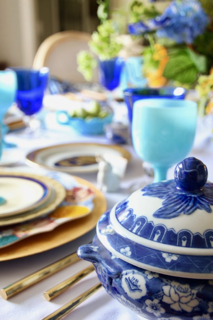 Tradtional_home_Easter_tablescape_setting_table_round_color_modern_mix_floral_arrangement_cobalt_delft_blue_dinnerware_dining_room_flowers_tulips_amara_pip_studio_ralph_lauren_dinnerware