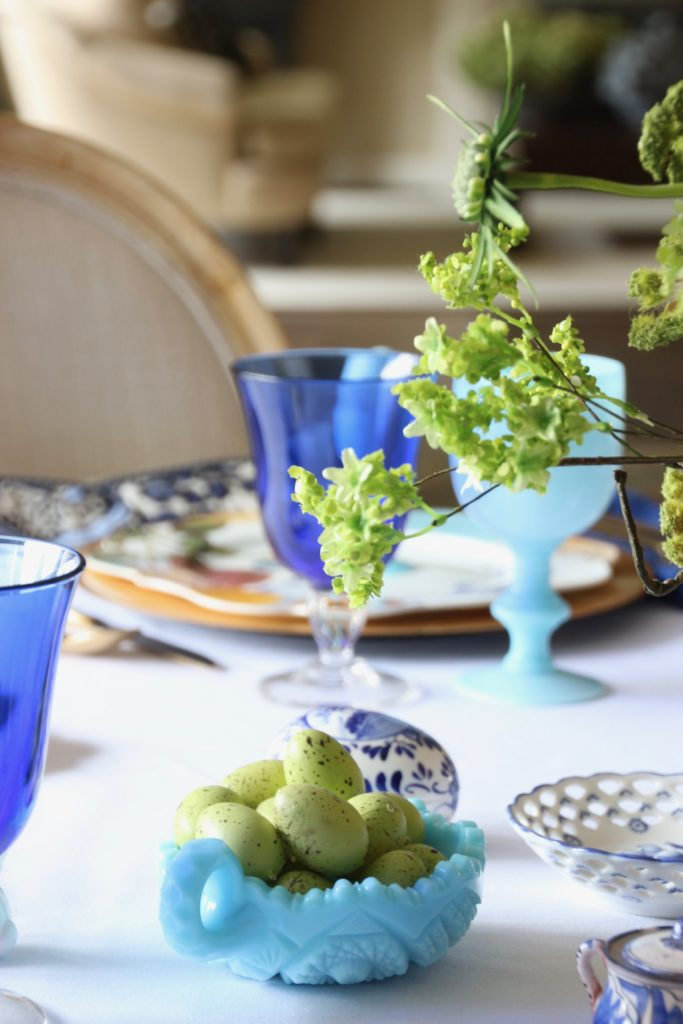 Tradtional_home_Easter_tablescape_setting_table_round_color_modern_mix_floral_arrangement_cobalt_delft_blue_dinnerware_dining_room_flowers_tulips_robins_eggs
