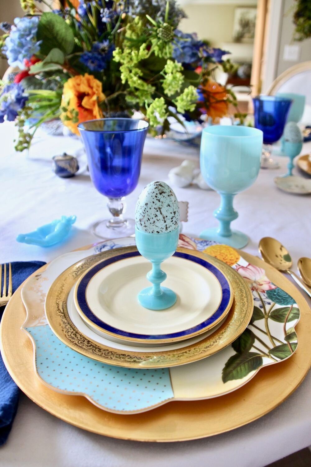 Tradtional_home_Easter_tablescape_setting_table_round_color_modern_mix_floral_arrangement_cobalt_delft_blue_dinnerware_dining_room_robins_egg_amara_pip_studio