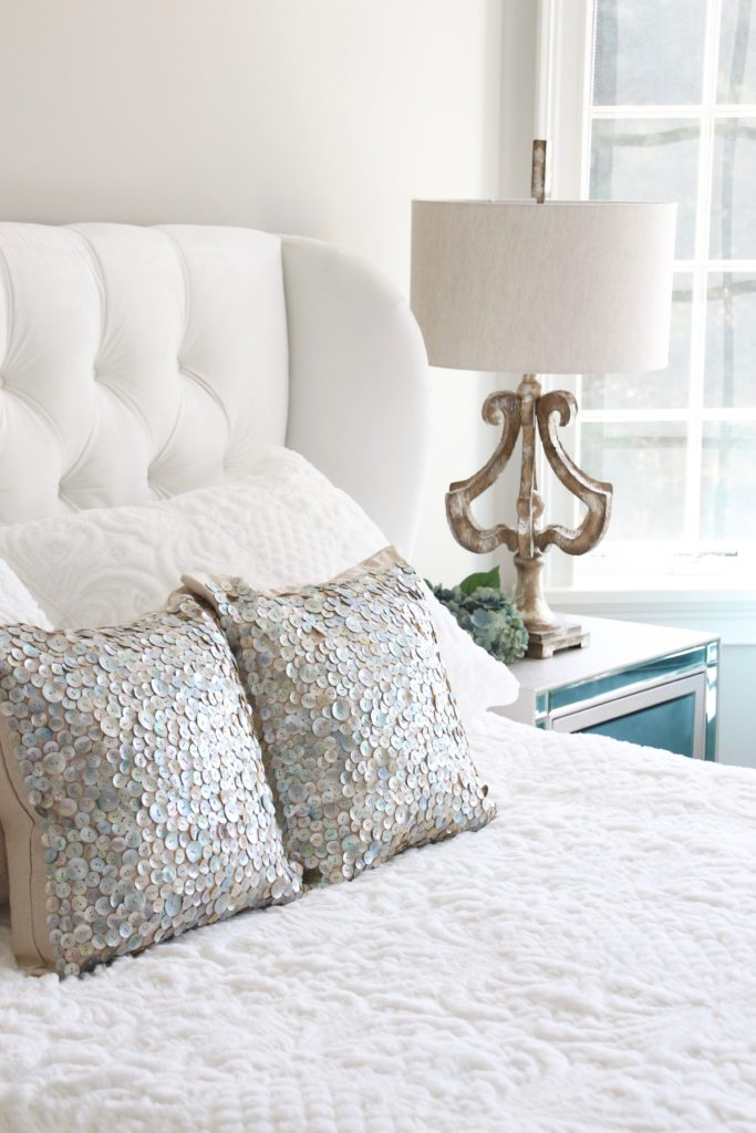 Meme_HIll_studio_amie_Freling_Raymour_flanigan_White_glam_bedroom_gorgeous_Thayer_upolstered_bed_accent_pillows_Dialia