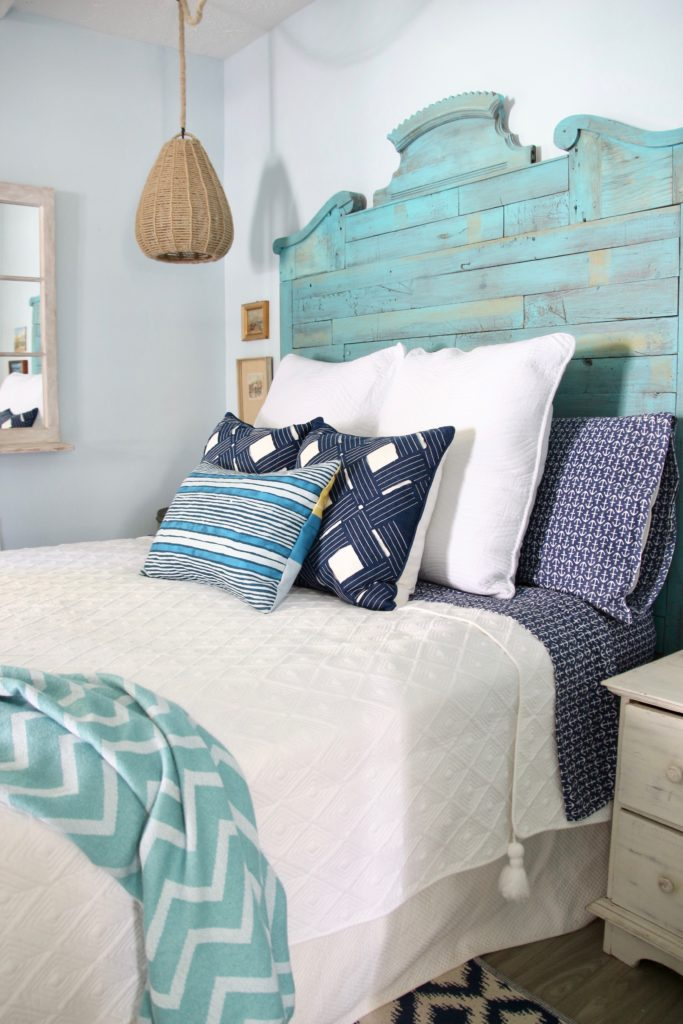 white bedding , cottage bedroom ideas using white and navy nautical decor and lighting