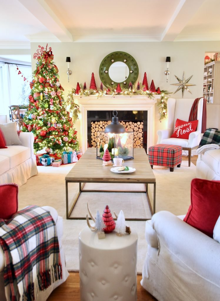 gorgeous living rooms decorated for Christmas, pretty christmas decor, red and green christmas decorations